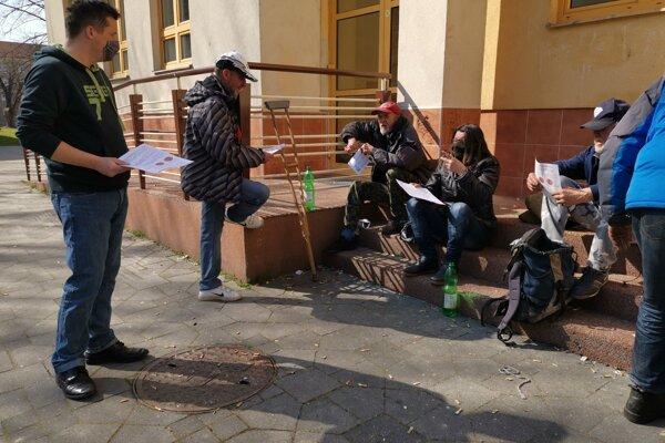 Zamestnanci prievidzského mestského úradu vyšli medzi ľudí bez domova.