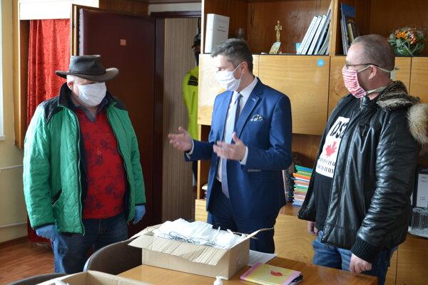 Podnikatelia Oskar Balogáč (vľavo) a Stanislav Schlimbach (vpravo) na mestskom úrade s primátorom Milošom Meričkom.
