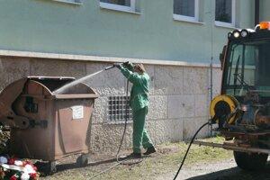 Dezinfekcia kontajnerov v Krompachoch.