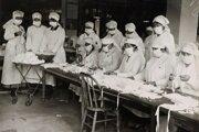 Členky Červeného kríža v Bostone pomáhaju vyrábať ochranné rúška.