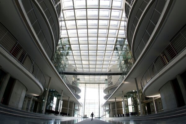 Muž kráča v prázdnej budove parlamentu vo vládnej štvrti v Berlíne 25. marca 2020.