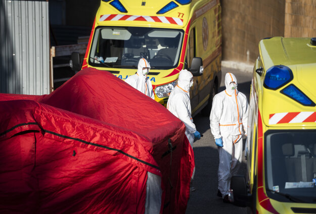 Špeciálny stan, v ktorom sa robia testy na nový koronavírus, pred Klinikou infektológie a geografickej medicíny Univerzitnej nemocnice Bratislava na Kramároch.
