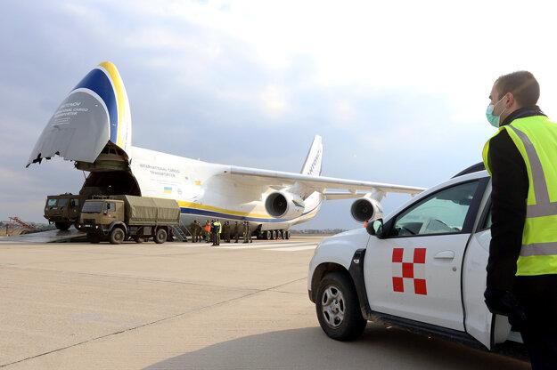 Na Slovensko bolo veľkokapacitným transportným lietadlom v uplynulých hodinách dovezených 74 ton zdravotníckeho materiálu z Číny.