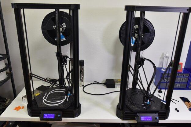 Tlač plastových častí ochranného štítu vyrábaného pre lekárov na 3D tlačiarni.