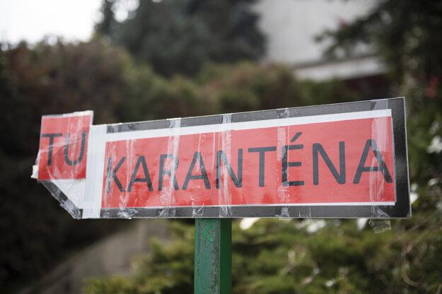 Nápis karanténa pred budovou Inštitútu pre verejnú správu MV SR, ktorá slúži ako karanténne centrum v MČ Bratislava-Dúbravka.