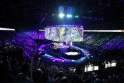 Popularitu e-športu dokazujú desaťtisíce fanÚśikov na najväčších turnajoch. V Paríži takto sledovali ľudia turnaj v hre League of Legends.
