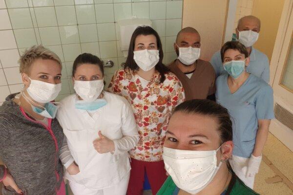 Personál oddelenia anestézie a intenzívnej medicíny vo zvolenskej nemocnici s darovanými rúškami.