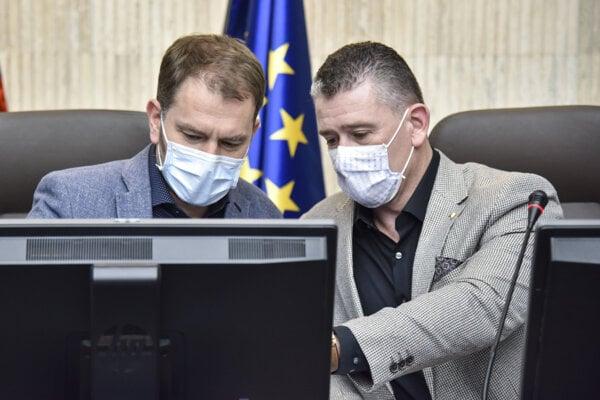 Minister vnútra Roman Mikulec (vpravo) a premiér Igor Matovič.