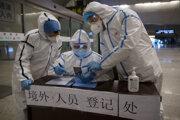 Zdravotníci vo Wu-chane sledujú zdravotné údaje cestujúceho z Pekingu.