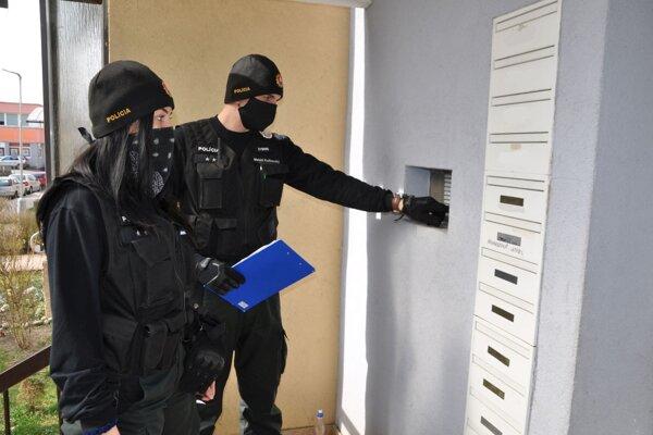 Polícia pri kontrole dodržiavania karantény.