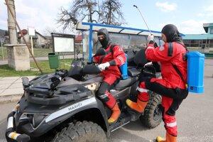 Za pomoci Dobrovoľného hasičského zboru vŽarnovici začali sdezinfekciou miest so zvýšeným pohybom osôb.