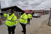 Vstup do osady v Bystranoch strážia MOPS-kári. Dohliadajú aj na karanténu ľudí, ktorí sa vrátili z Anglicka.
