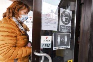 Bezpečnostné upozornenie na dverách pred vstupom do predajne stavebníctva vo Zvolene.