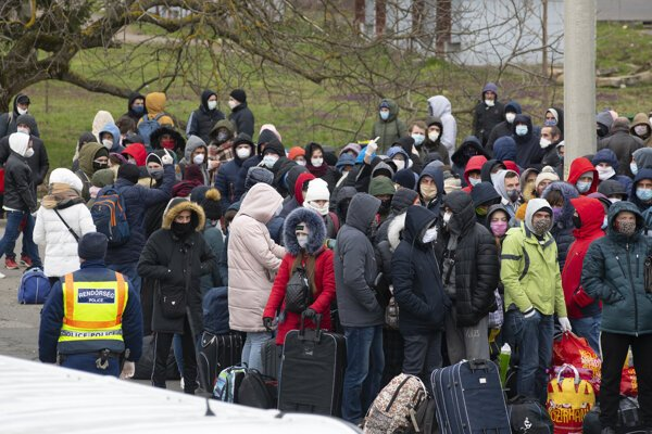 Ukrajinskí občania vracajúci sa z členských krajín EÚ, čakajú na maďarsko-ukrajinskom hraničnom priechode Záhony.