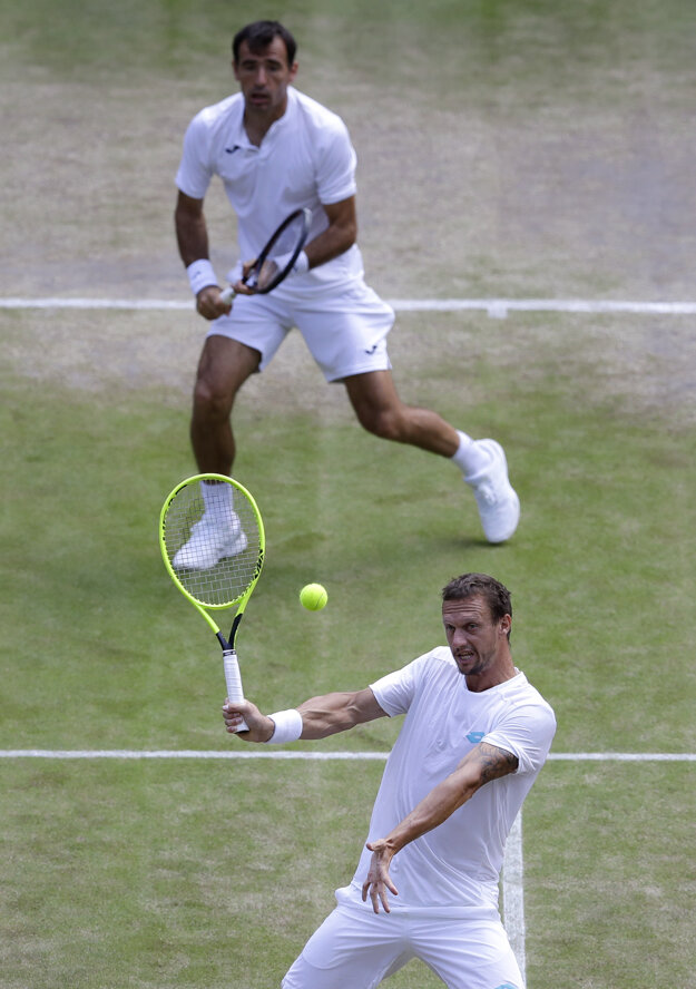 Filip Polášek (vpredu) si vlani zahral s Ivanom Dodigom v semifinále Wimbledonu.