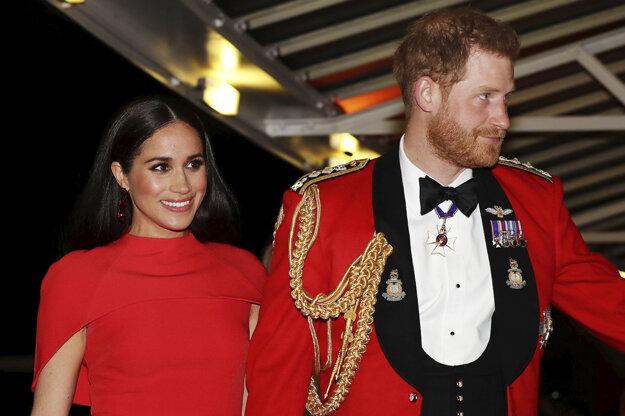 Na archívnej snímke zo 7. marca 2020 Meghan (vľavo), vojvodkyňa zo Sussexu a jej manžel Harry prichádzajú do Royal Albert Hall v Londýne.