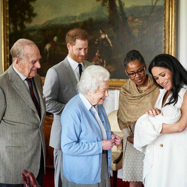 Britský princ Harry a jeho manželka Meghan s jej matkou Doriou Raglandovou ukazujú syna britskej kráľovnej Alžbete a princovi Philipovi 8. mája 2019 na Windsorskom hrade.