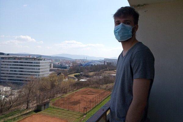 Branislav v karanténe na balkóne internátu v Košiciach.