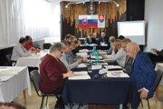 Matúš Štofko (vľavo, pri okne v červenom) sa zúčastnil zasadnutia MsZ v Giraltovciach.