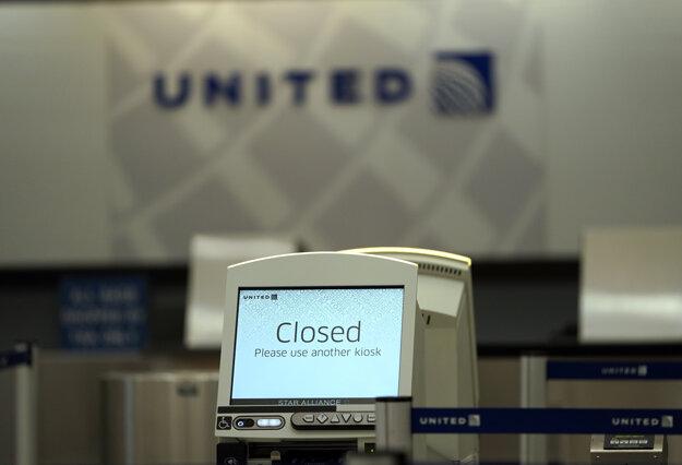 Zatvorený kiosk amerických aeroliniek na termináli B na medzinárodnom letisku Georgea Busha v Houstone.