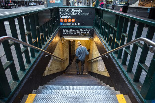 Pohľad na uličné schodisko vedúce na stanicu metra Rockefeller Center v meste New York.