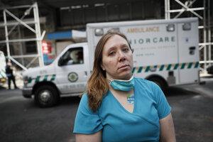 Registrovaná zdravotná sestra Elizabeth Schaferová, ktorá už druhý deň pomáha ako dobrovoľníčka v boji s ochorením COVID-19, stojí pred nemocnicou Beth Israel Mount Sinai Hospital v New Yorku.