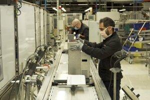 Pracovníci na montážnej linke skladajú namiesto automobilov pľúcne ventilátory