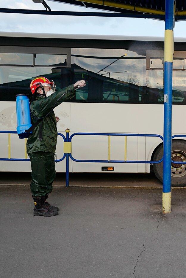 Člen Dobrovoľného hasičského zboru v Kežmarku dezinfikuje špeciálnym prípravkom stĺp na autobusovej stanici v Kežmarku.