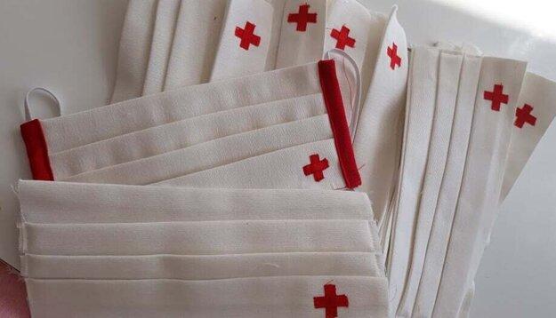 Rúška so symbolom Červeného kríža.