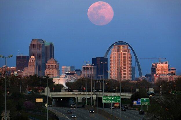 Supermesiac nad americkým mestom St. Louis.