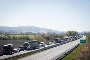 Policajti kontrolujú dodržiavanie obmedzeného pohybu na diaľnici v smere do Brna.