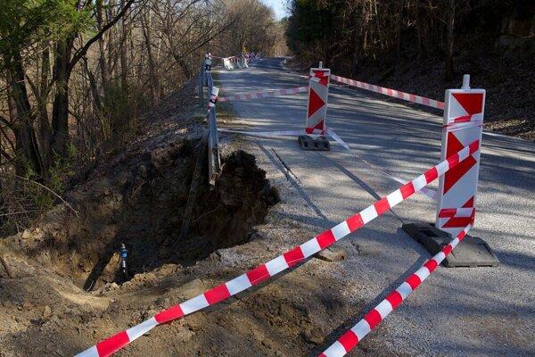 Zosunutá časť cesty III/3225 Levoča - Závada a poškodené vodovodné potrubie v Levoči.