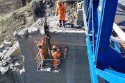Práce na rekonštrukcii mosta pokračujú podľa plánu.