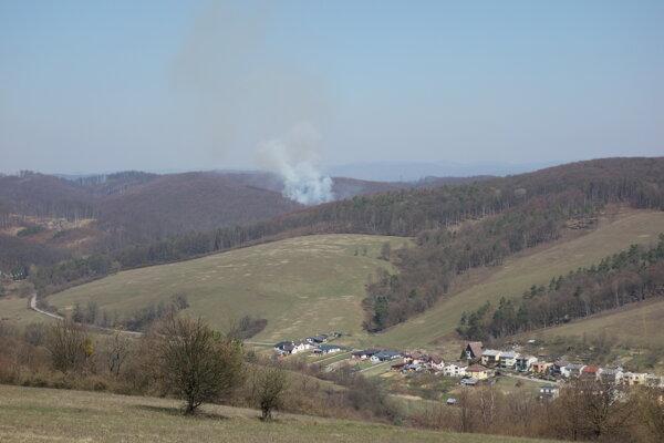 Po uhasení požiaru zostala časť hasičov monitorovať zhorenisko aj v noci.