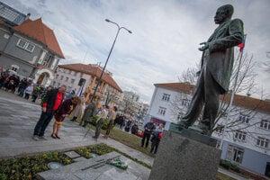 Tomáš Masaryk a Beata Končošová pred sochou príbuzného TGM.