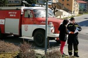 Dobrovoľní hasiči dezinfikujú mesto.