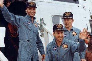 Zľava: Astronauti Fred Haise, Jim Lovell a Jack Swigert vystúpili zo záchrannej helikoptéry.