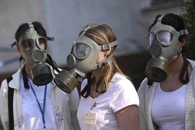 Zdravotníci z Nemocnice s poliklinikou Prievidza so sídlom v Bojniciach využívajú pri liečení pacientov podozrivých na nový koronavírus plynové masky.