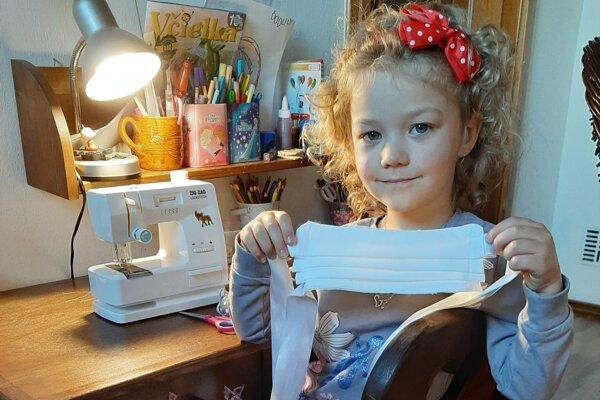 So šitím rúšok pre Španielov pomáhala aj 5-ročná Liana.