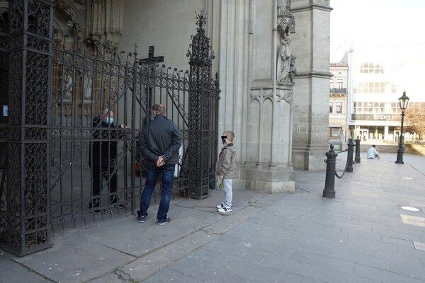 Rodina by bola za bežných okolností počas Zeleného  štvrtka v kostole.