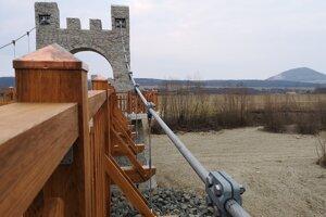 Most spevňujú oceľové laná a je postavený z kameniva a dreva.
