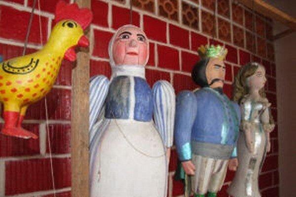 Bábky, s ktorými hrávali ochotníci v Podhorí, sú dnes v pamätnej izbe.