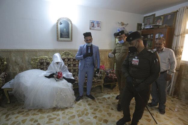 Polícia sprevádza Ahmeda Khaleda al-Kábiho a jeho manželku.