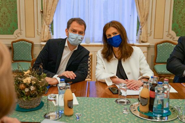 Igor Matovič a odborníčka na cudzokrajné choroby Andrea Kalavská počas rokovania predsedu vlády SR s konzíliom odborníkov na Úrade vlády.