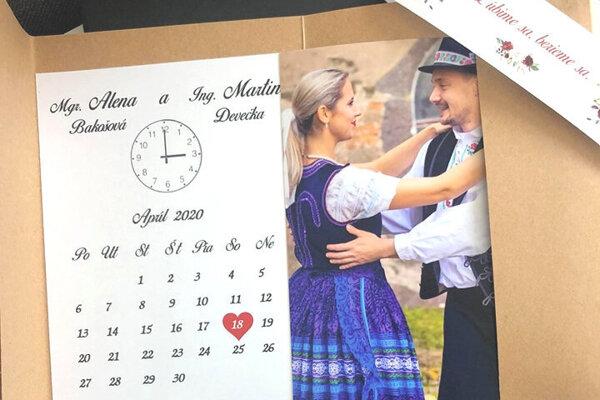 Svadobné oznámenie s prvým termínom sobáša. Svadobným hosťom posielali aj ďalšie, so septembrovým termínom.