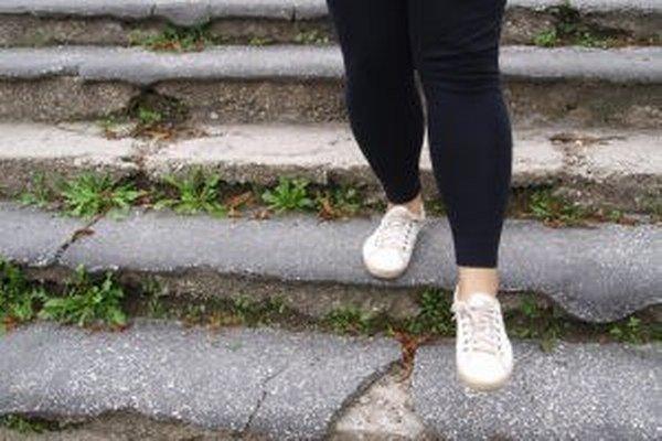 Takto vyzerali schody do parku donedávna. Poničený asfalt predstavoval pre ľudí hrozbu pádu.