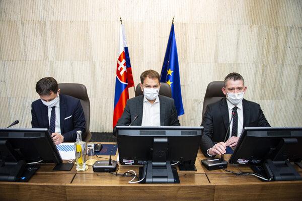 Zľava minister financií SR Eduard Heger, predseda vlády SR Igor Matovič a minister vnútra SR Roman Mikulec počas rokovania Ústredného krízového štábu SR.