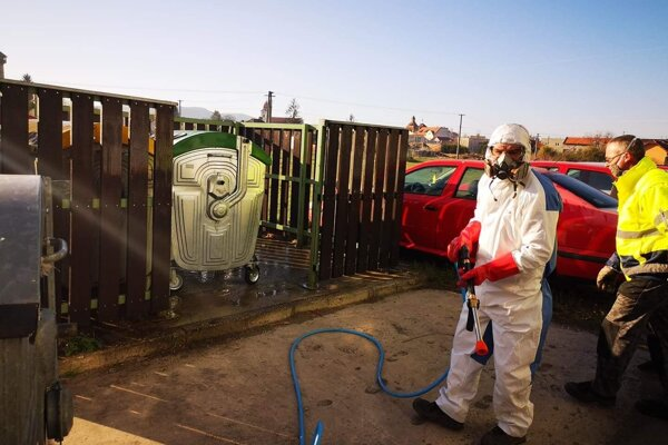 Dezinfekcia kontajnerov na odpad vo Fiľakove.