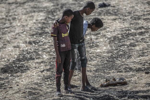 Mulugeta Ayene (AP). Záber je súčasťou série, ktorá získala prvú cenu v kategórii Spot News Stories. Ľudia prehľadávajú trosky na mieste havárie lietadla neďaleko Addis Ababa.