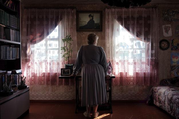 Tatsiana Tkachová získala druhú cenu v kategórii Portréty. Natalia (62) bola v čase explózie v jadrovej elektrárne v Černobyle tehotná. Aj keď sa dieťa narodilo zdravé, neodvážila sa riskovať ďalšie tehotenstvo, pretože sa obávala účinkov žiarenia.